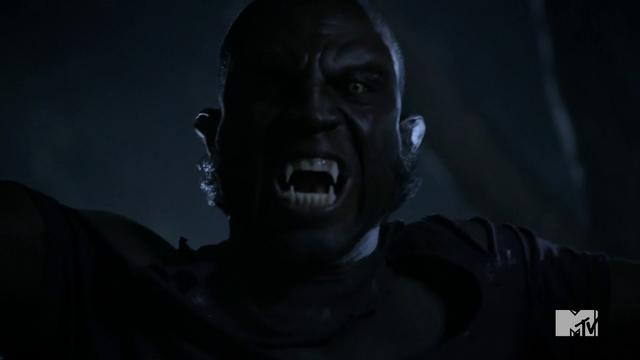 Datei:Teen Wolf Season 3 Episode 3 Fireflies Sinqua Walls Vernon Boyd werewolf face.png