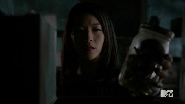 Datei:Teen Wolf Season 4 Episode 7 Weaponized Kira finds a jar of mushrooms.png