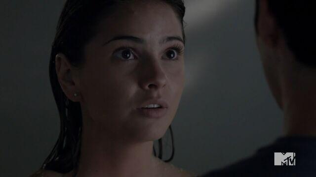 Datei:Teen Wolf Season 3 Episode 20 Echo House Shelley Henning Malia Tate Talking To Stiles.jpg