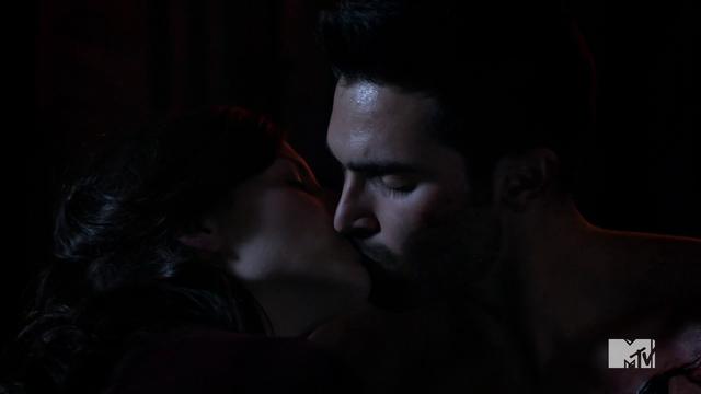 File:Teen Wolf Season 3 Episode 6 Motel California Haley Webb Tyler Hoechlin Jennifer Blake Derek Hale First Kiss.png
