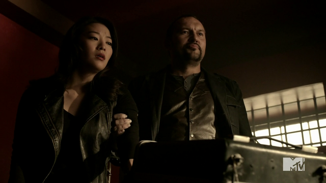Datei:Teen Wolf Season 4 Episode 401 The Dark Moon Kira forced to shock.png