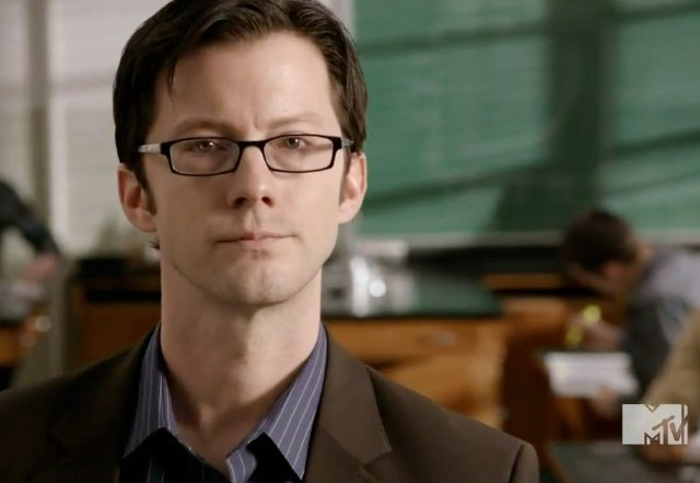 Archivo:Teen Wolf Season 1 Adam Fristoe Professor Adrian Harris.jpg