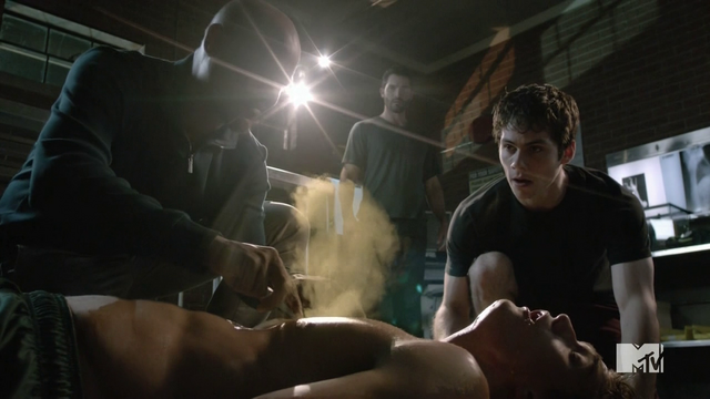Datei:Teen Wolf Season 4 Episode 6 Orphaned Deaton lets the wolfsbane out.png