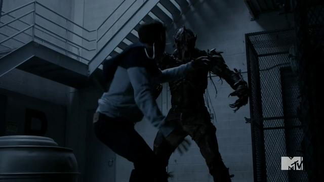 Datei:Teen Wolf Season 4 Episode 8 Time of Death Liam attacks berserker.png