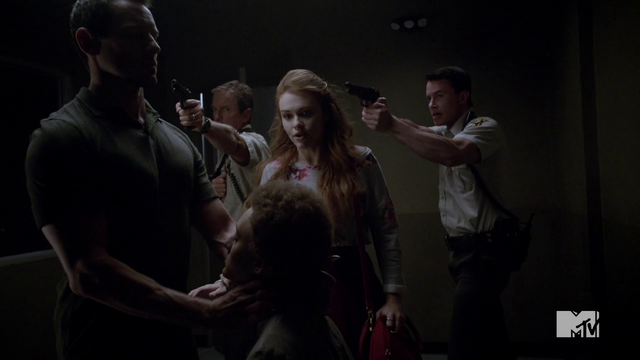 Datei:Teen Wolf Season 4 Episode 10 Monstrous Lydia Sheriff and Parrish rush to aid Meredith.png