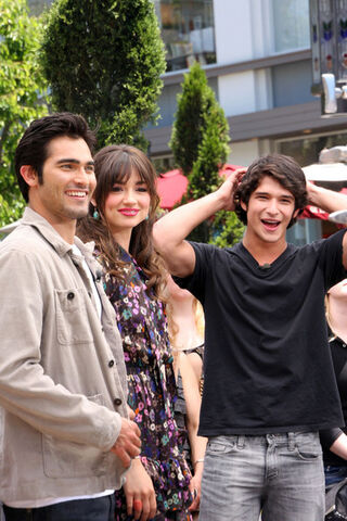 File:Tyler Posey Teen Wolf Stars Extra JRUVoaNICL6l.jpg