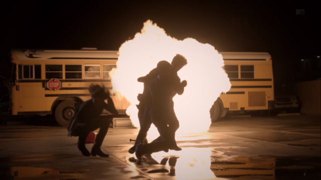 Datei:Teen Wolf Season 3 Episode 6 Motel California Lydia save everybody from explosion.png