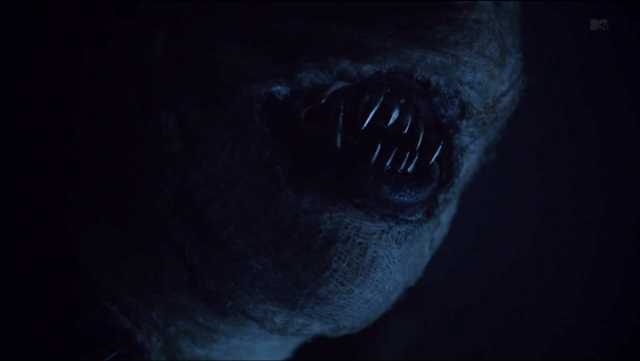 Archivo:Teen Wolf Season 3 Episode 18 Riddled shiny teeth.png