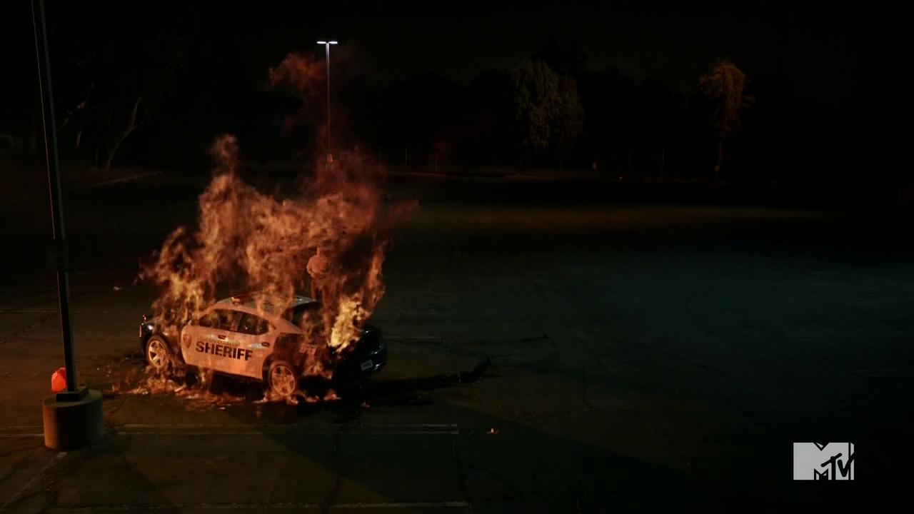 Datei:Teen Wolf Season 4 Episode 9 Perishable cruiser burning.png