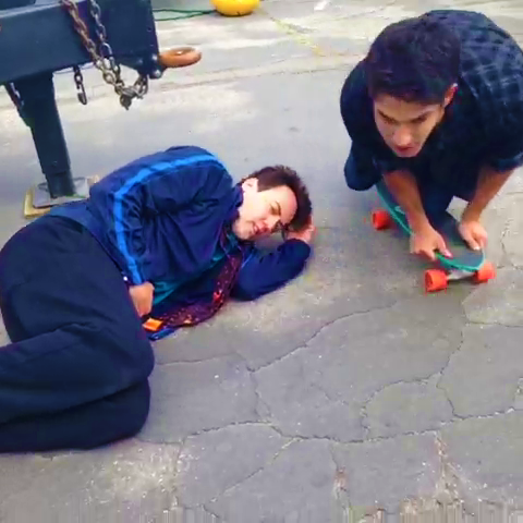 Datei:Teen Wolf Season 3 Behind the Scenes Orny Adams Tyler Posey skate board.png