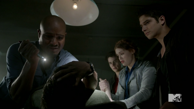 Datei:Teen Wolf Season 4 Episode 2 117 Deaton examines Derek.png