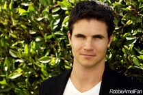 Robbie Amell 010