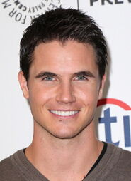 Robbie Amell 220