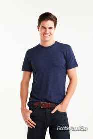 Robbie Amell 114
