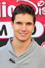 Robbie Amell 165