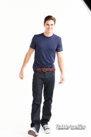Robbie Amell 076