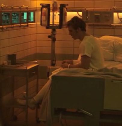 File:Katniss viendo a Finnick en el Hospital del Distrito 13.png
