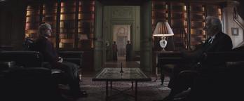 Presidente Snow y Peeta hablando de la entrevista