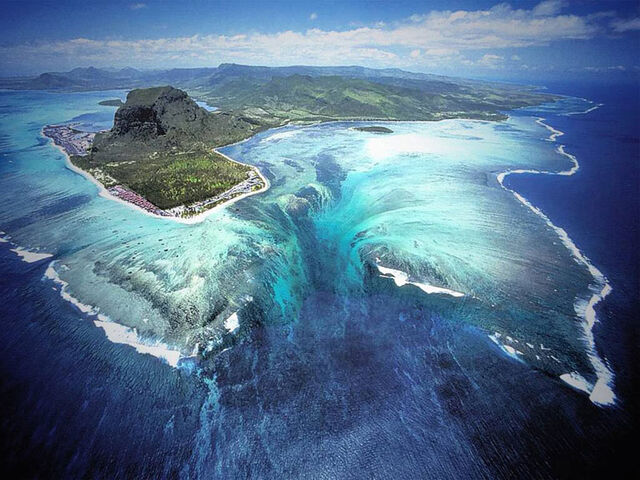 File:Underwater-waterfall-trench-le-morne-mauritius-1.jpg
