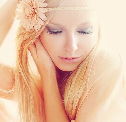File:Beautiful-blonde-face-flower-girl-Favim.com-428684.jpg
