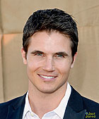 File:R.amell-cw-tca-party.jpg