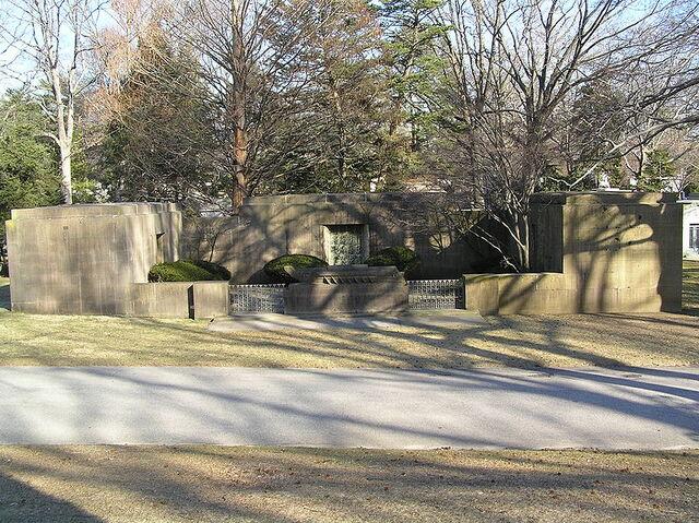 File:Gravesite of Isidor Straus.JPG