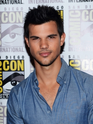 File:Taylor-Lautner-at-San-Diego-Comic-con-2012-taylor-lautner-31463555-301-400.jpg