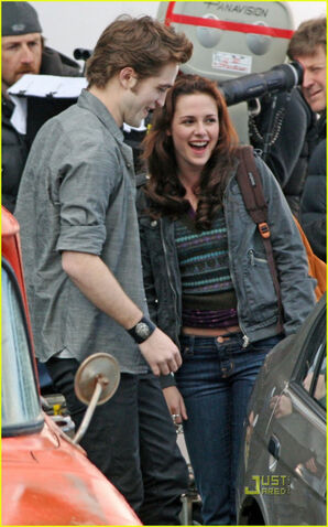 File:Robert pattinson kristen stewart new moon.jpg