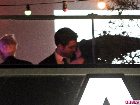 File:9Robert-Pattinson-and-Kristen-Stewart-Kissing-052312-580x435.jpg