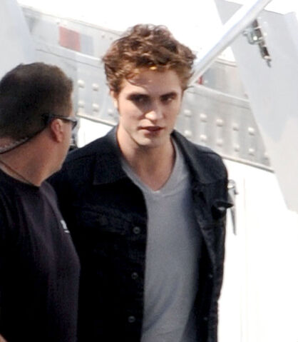 File:Robert-pattinson-eclipse-edward-cullen-photos-08292009-04.jpg