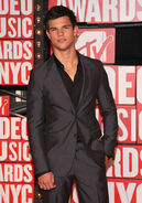 Taylor-at-the-VMA-s-jacob-black-8147432-385-550