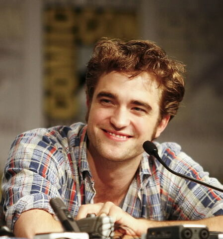 File:Robert-pattinson-comic-con-09-new-moon.jpg