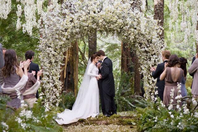 File:Twilight-Breaking-Dawn-Wedding-Dress-Kristen-Stewart.jpg