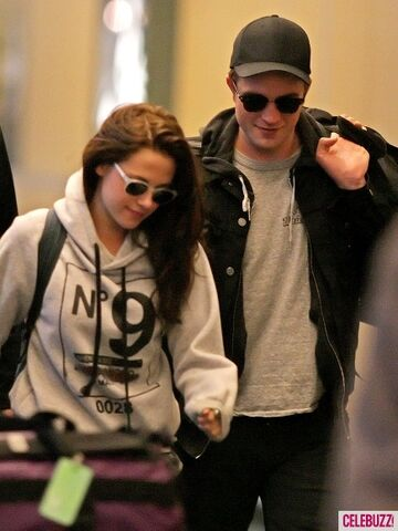 File:5Robert-Pattinson-Kristen-Stewart-050312--435x580.jpg
