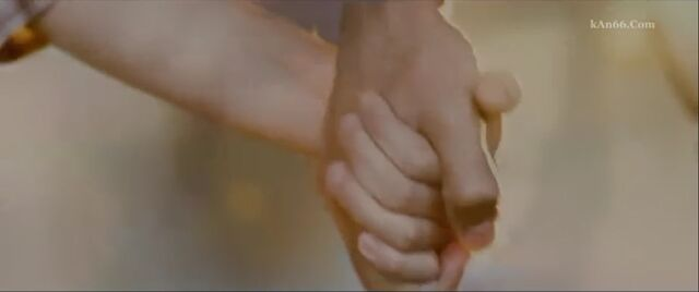 File:Renesmee-Jacob-holding-hands-BD.jpg