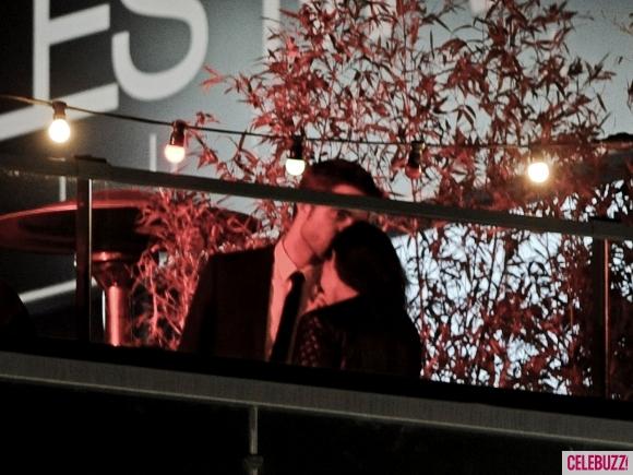 File:12Robert-Pattinson-and-Kristen-Stewart-Kissing-052312-580x435.jpg