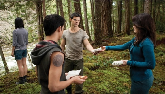 File:Esme-brings-food-for-the-pack-leah-and-jacob-32497562-581-332.jpg