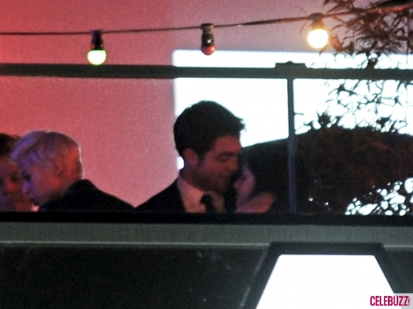 File:2Robert-Pattinson-and-Kristen-Stewart-Kissing-052312-580x435.jpg