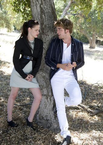 File:Kristen-stewart-robert-pattinson-twilight-saga.jpg