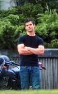 Taylor-on-Set-Eclipse-September-9-jacob-black-8082600-500-800