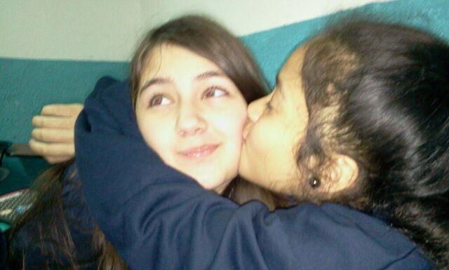 File:Shantal besando a Rebeka.jpg