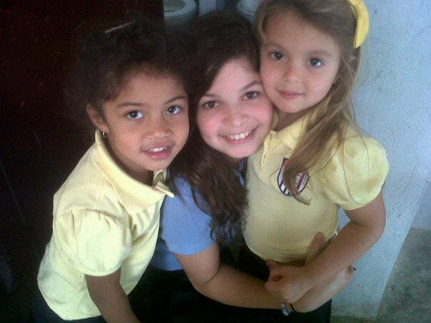 File:Victoria y las chicas de franela amarilla.jpg