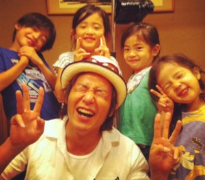 File:Takeshi with his childs.jpg