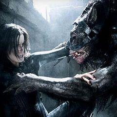 Selene fighting a Lycan.