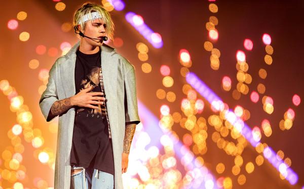File:Justin+Bieber+Concert+2016+Purpose+World+Tour+LWabsBsBc4Tl.jpg