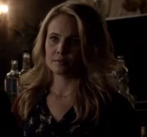 File:Camille in the bar TO 1x01.jpg