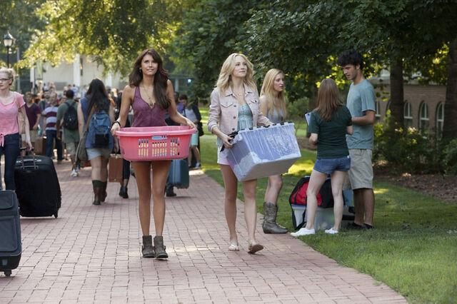 File:Caroline and Elena.jpg