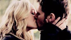 Caroline and Klaus kiss 1x11
