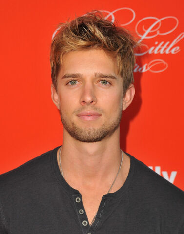 File:Drew Van Acker Pretty Little Liars Screening 5udcFojtNZIl.jpg
