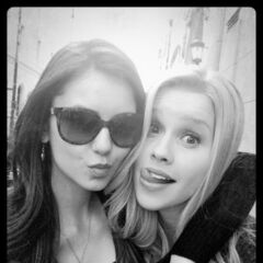 Nina and Claire pose on set 4x18